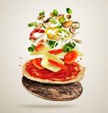 Ingredientes del vuelo con pasta de la pizza, en fondo cremoso stock de ilustración