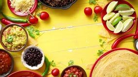 Ingredientes deliciosos del chile con carne que esperan para ser preparado metrajes