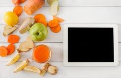 Ingredientes do batido da cenoura da desintoxicação, vista superior no branco com tela da tabuleta Fotografia de Stock Royalty Free