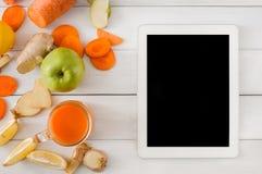 Ingredientes do batido da cenoura da desintoxicação, vista superior no branco com tela da tabuleta Imagens de Stock