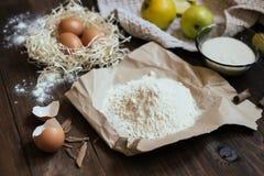 Ingredientes do bolo de Charlotte na tabela de madeira Fotografia de Stock Royalty Free