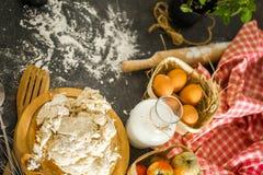 Ingredientes do cozimento na mesa de cozinha Vista superior Foto de Stock