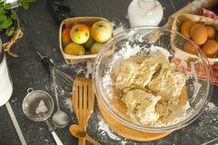 Ingredientes do cozimento na mesa de cozinha Vista superior Foto de Stock Royalty Free