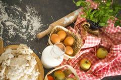 Ingredientes do cozimento na mesa de cozinha Vista superior Imagem de Stock Royalty Free