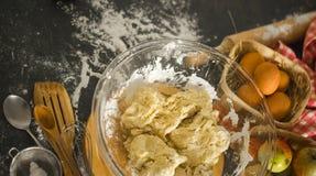 Ingredientes do cozimento na mesa de cozinha Vista superior Fotos de Stock Royalty Free
