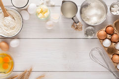 Ingredientes do cozimento no fundo de madeira rústico branco, espaço da cópia fotos de stock