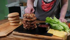 Ingredientes do hamburguer na placa de corte imagens de stock royalty free