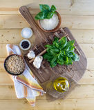 Ingredientes do Pesto na madeira Foto de Stock Royalty Free