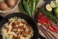 Ingredientes dos macarronetes na bacia preta Foto de Stock Royalty Free