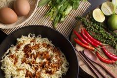 Ingredientes dos macarronetes na bacia preta na mesa de cozinha superior Fotografia de Stock