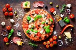 Ingredientes e especiarias de alimento para cozinhar a pizza italiana deliciosa Cogumelos, tomates, queijo, cebola, óleo, pimenta foto de stock royalty free