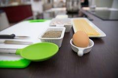 Ingredientes e utensílios para cozinhar o italiano Fotografia de Stock Royalty Free