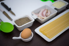 Ingredientes e utensílios para cozinhar o italiano Imagem de Stock