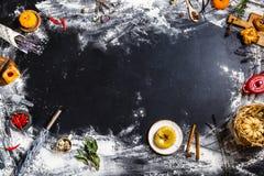 Ingredientes en un fondo negro Foto de archivo libre de regalías