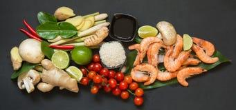Ingredientes especiales para la cal picante tailandesa popular del kung de la sopa Tom-yum, el galangal, el chile rojo, el tomate Foto de archivo libre de regalías