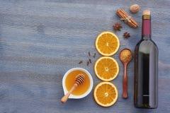 Ingredientes ferventados com especiarias da receita do vinho na placa de madeira Imagens de Stock