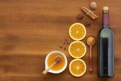 Ingredientes ferventados com especiarias da receita do vinho na placa de madeira Imagem de Stock