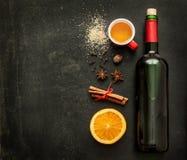 Ingredientes ferventados com especiarias da receita do vinho no quadro - bebida de aquecimento do inverno Fotos de Stock Royalty Free
