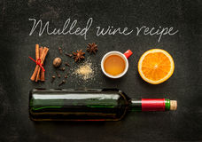 Ingredientes ferventados com especiarias da receita do vinho no quadro - bebida de aquecimento do inverno Imagens de Stock