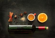 Ingredientes ferventados com especiarias da receita do vinho no quadro - bebida de aquecimento do inverno Foto de Stock Royalty Free
