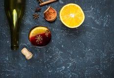 Ingredientes ferventados com especiarias da receita do vinho no quadro preto com espaço do texto Foto de Stock