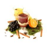 Ingredientes ferventados com especiarias do vinho no fundo brilhante Perfurador vermelho quente com fruto e especiarias Bebidas d Imagens de Stock