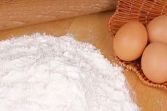 Ingredientes frescos da massa do ovo imagens de stock