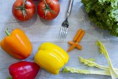 Ingredientes frescos da salada na madeira com forquilha Foto de Stock Royalty Free