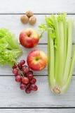 Ingredientes frescos da salada nas placas brancas Imagens de Stock Royalty Free