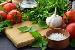 Ingredientes frescos diferentes para cozinhar a massa italiana, espaguete imagem de stock