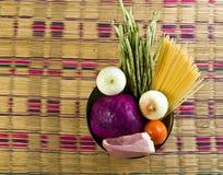 Ingredientes frescos para cocinar en la tabla imágenes de archivo libres de regalías