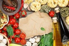 Ingredientes frescos para cocinar: pastas, tomate, seta y especia Imagen de archivo