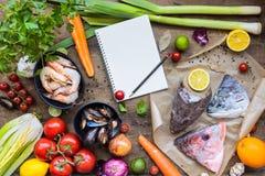 Ingredientes frescos para cozinhar a sopa dos peixes, bouillabaisse: cabeças dos peixes, Foto de Stock