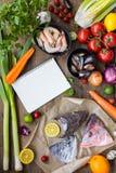 Ingredientes frescos para cozinhar a sopa dos peixes, bouillabaisse: cabeças dos peixes, Fotos de Stock