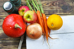 Ingredientes frescos para el soep de la calabaza con la manzana, naranja, zanahoria Fotografía de archivo libre de regalías
