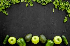 Ingredientes Greeny do cocktail Batido da aptidão Pepino, pimenta, maçã, aipo vermelho no espaço preto da opinião superior do fun Foto de Stock