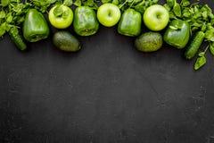Ingredientes Greeny do cocktail Batido da aptidão Pepino, pimenta, maçã, aipo vermelho no espaço preto da opinião superior do fun Imagens de Stock Royalty Free