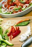 Ingredientes griegos de la ensalada en una tarjeta de corte Fotos de archivo