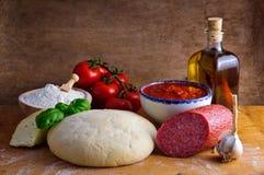 Ingredientes hechos en casa de la pizza Fotos de archivo libres de regalías