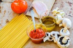 Ingredientes italianos do espaguete Imagem de Stock Royalty Free