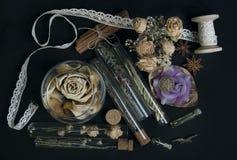 Ingredientes mágicos no fundo preto foto de stock