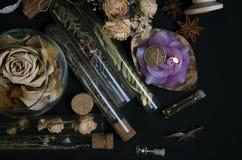 Ingredientes mágicos no fundo preto imagem de stock