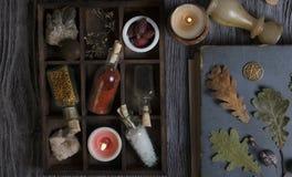 Ingredientes mágicos no fundo rústico imagens de stock
