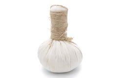 Ingredientes naturales del balneario La bola herbaria de la compresa e ingredien foto de archivo libre de regalías