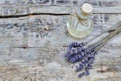 Ingredientes naturales para el aceite de lavanda hecho en casa del cuerpo Fotografía de archivo