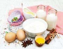 Ingredientes necesarios para las magdalenas que cuecen Imágenes de archivo libres de regalías