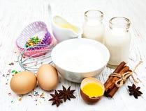 Ingredientes necesarios para las magdalenas que cuecen Imagen de archivo
