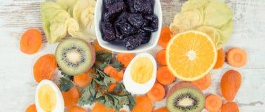 Ingredientes nutritivos y consumición conteniendo la vitamina A, nutrición sana como minerales de la fuente Imágenes de archivo libres de regalías