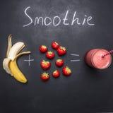 Ingredientes orgánicos frescos del Smoothie, Superfoods y fresa y plátano sanos de la forma de vida o del concepto de la comida d foto de archivo