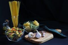 Ingredientes oscuros de las pastas de la comida del claroscuro imagen de archivo
